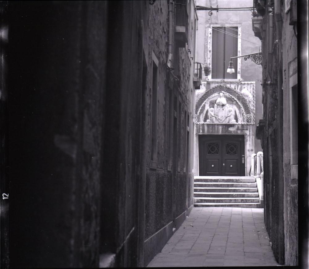 El portal del palacio Agnusdio Foto: Paolo Monti, CC BY-SA 4.0 <https://creativecommons.org/licenses/by-sa/4.0>, via Wikimedia Commons Ver traducción