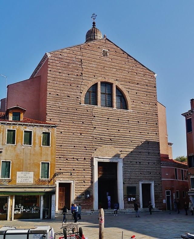 La anodina fachada, ¡no hay que fiarse de las apariencias! Foto: Zairon, CC BY-SA 4.0 <https://creativecommons.org/licenses/by-sa/4.0>, via Wikimedia Commons