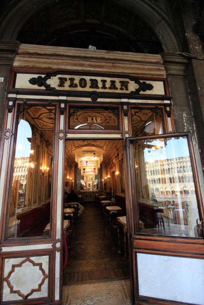 Entrando al Café Florian
