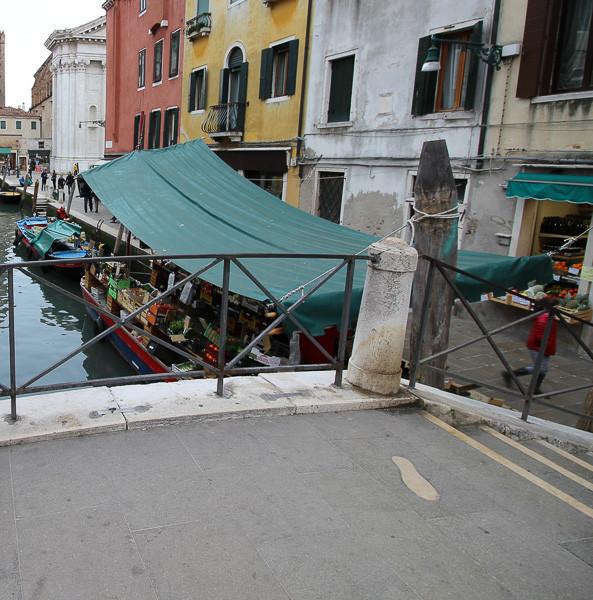 Huellas de pisadas en el Ponte dei Pugni