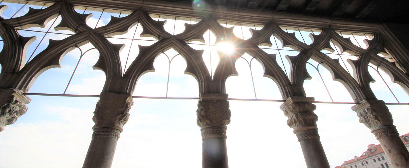 El cielo a través de los ventanales