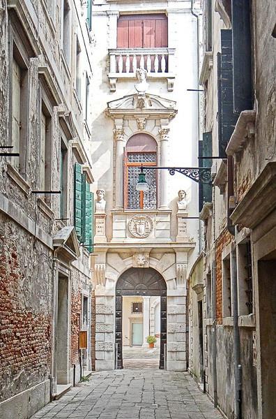 El patio de entrada al palacio Grimani. Foto: Jean-Pierre Dalbéra from Paris, France, CC BY 2.0 <https://creativecommons.org/licenses/by/2.0>, via Wikimedia Commons