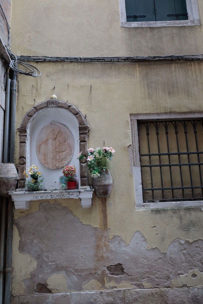 Imagen de la Virgen, adyacente a la segunda cruz templaria