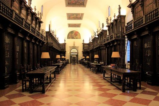 La Nueva Manica Lunga (el antiguo dormitorio benedictino se ha transformado en una hermosa y luminosa biblioteca)