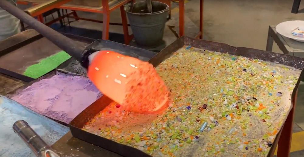 La masa incandescente y amorfa con la que los maestros vidrieros comienzan su trabajo