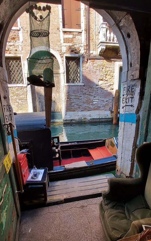 Puerta al canal en la librería Aqua Alta donde se encuentra la góndola con felze