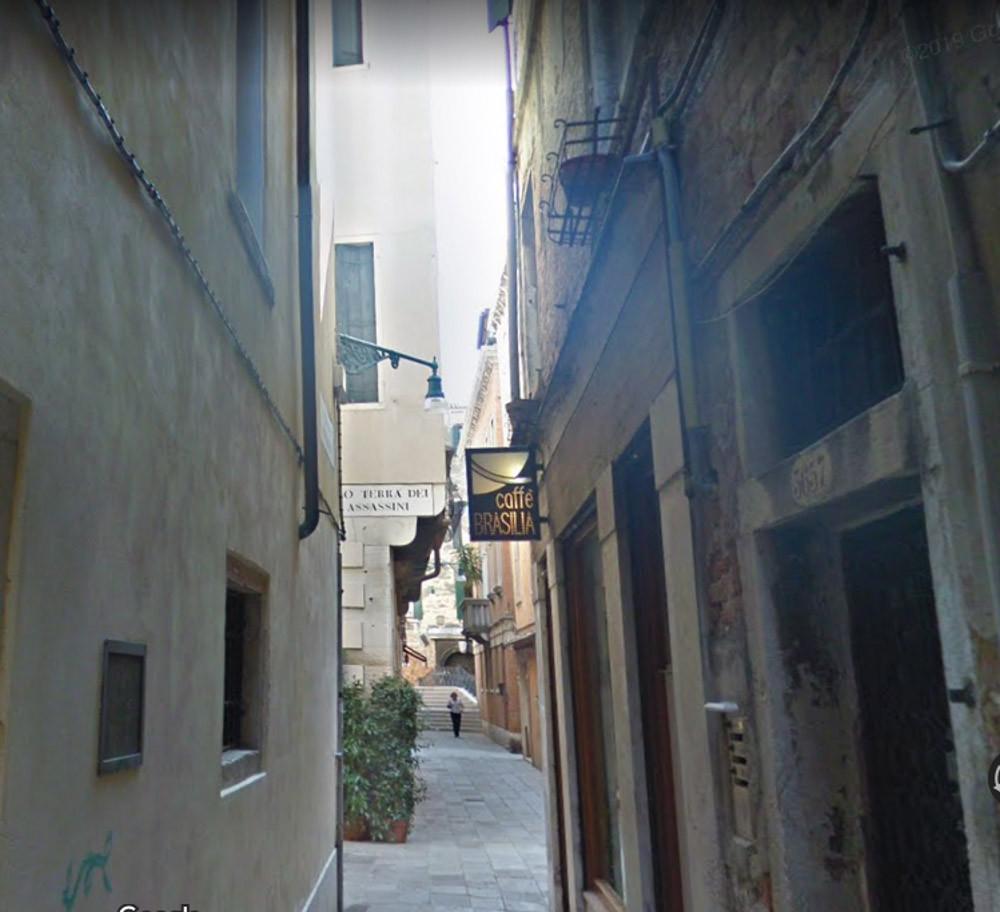 Cruce con la Calle dei Assasini (toda la zona parece referirse a los crímenes cometidos en la zona)