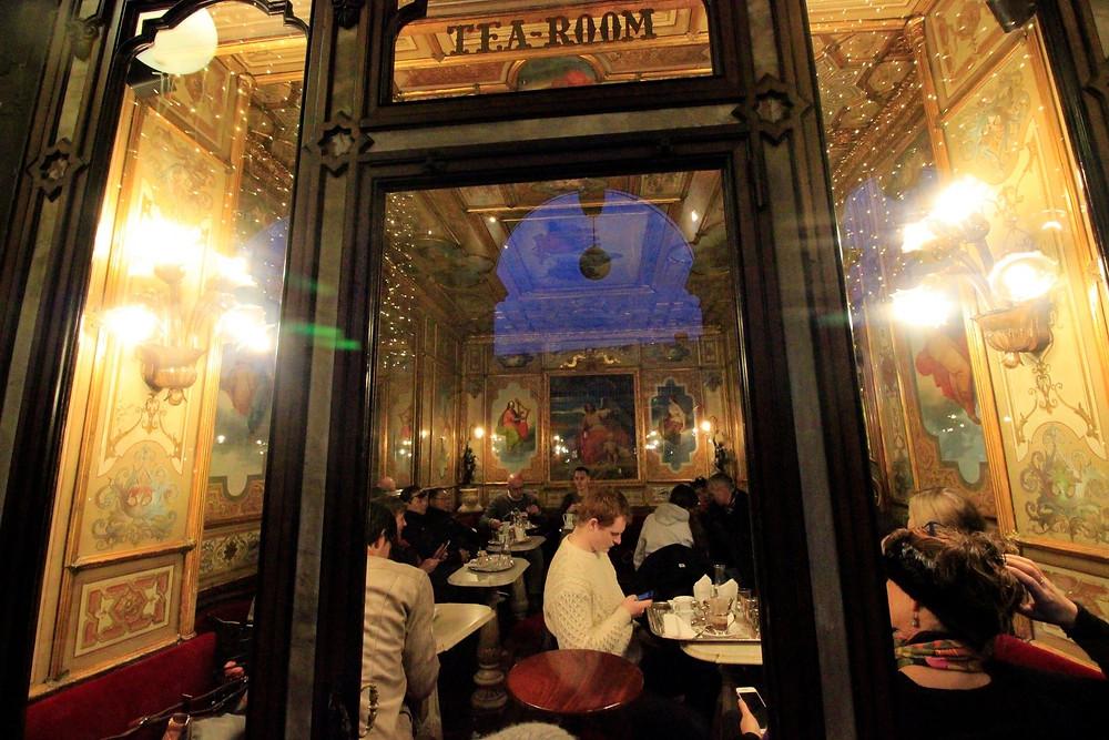La vida pasa en Venecia a través de sus ventanales