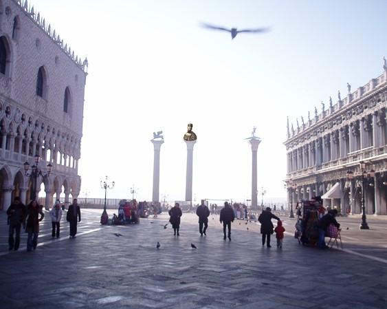 Recreación de las tres columnas en la plaza (la tercera con la cabeza del dux Domenico Michiel)