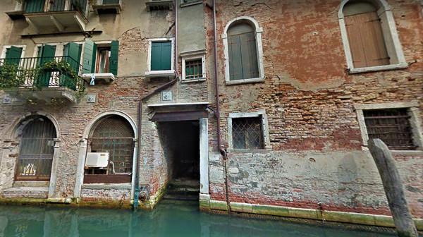 La salida de la calle desde el canal (puerta del centro)