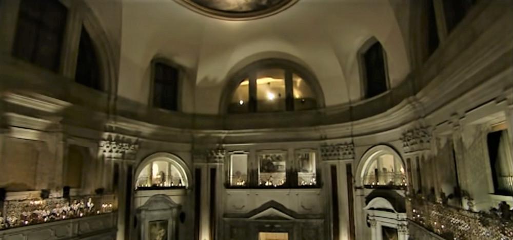 Concierto dentro de la iglesia con cantantes simulando a las chicas del coro de la ápoca de Vivaldi