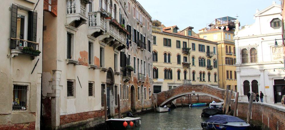 Llegando por el Río de la Pietà, la Scuola Dálmata aparece a mano izquierda (edificio blanco)
