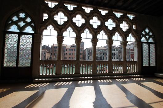 Asomándonos desde los ventanales góticos