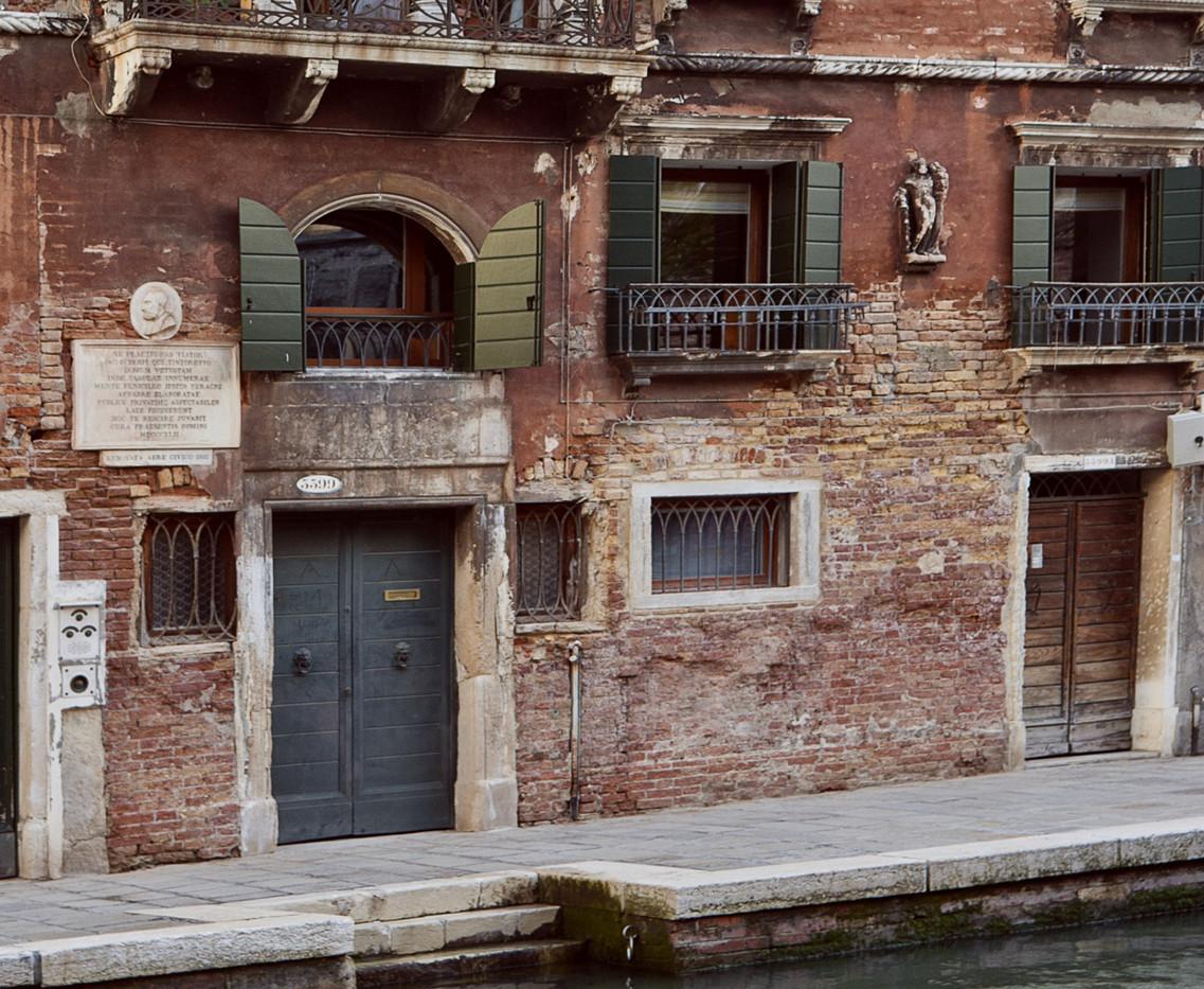 pequeño Hércules en la casa de Tintorerro, al a izquierda de la ventana del primer piso