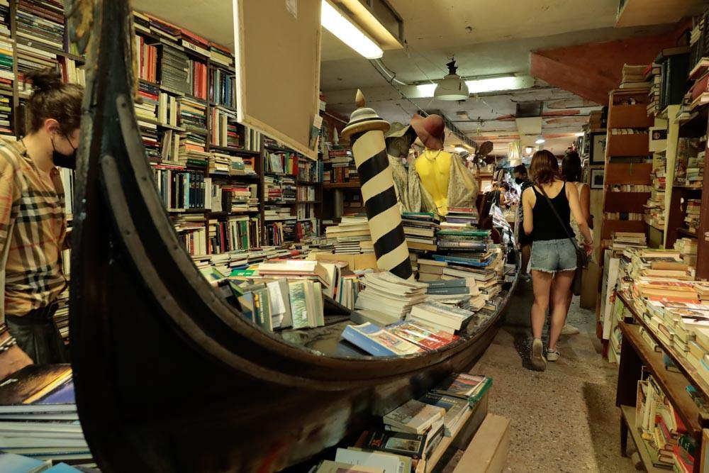 Libros en góndolas