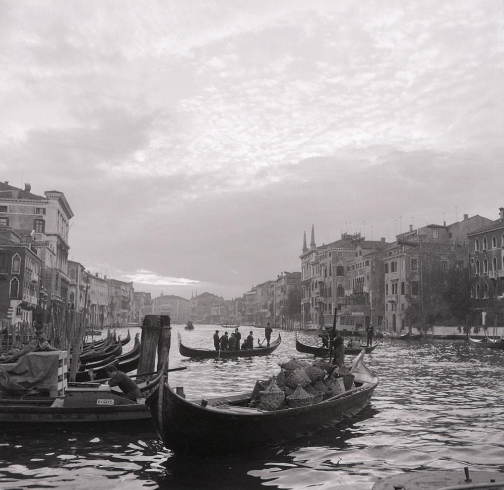 Año 1865, el traghetto cruzando el Gran Canal. Foto: Paolo Monti, CC BY-SA 4.0 <https://creativecommons.org/licenses/by-sa/4.0>, via Wikimedia Commons