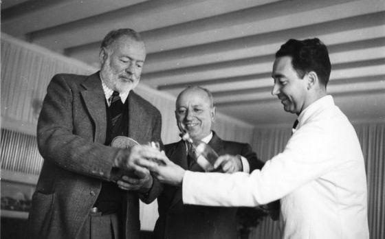 Ernest Hemingway, Giuseppe Cipriani (centro) y un camarero, en el Harry's Bar en 1949