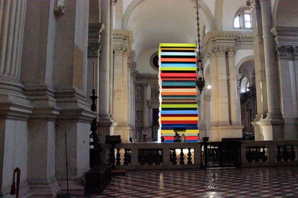 Interior de la Basílica con escultura de la Bienal de Venecia 2019