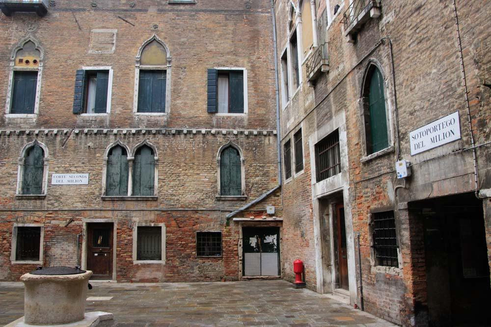 La Corte Seconda del Milion (Milion se llamaba el libro de Marco Polo). Por una ventana similar Hao Dong se tiró al pensar que su amado Marco había muerto