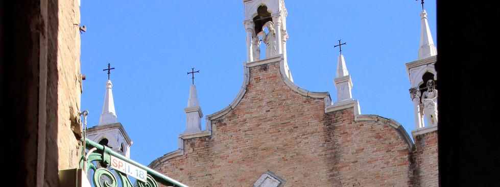 La iglesia desde