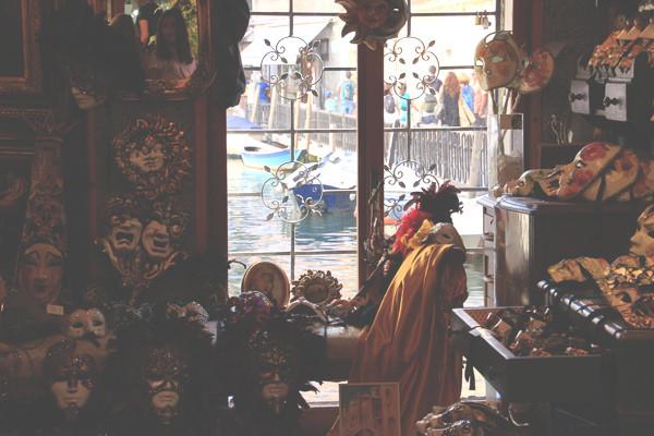 Vista al canal desde el interior del showroom