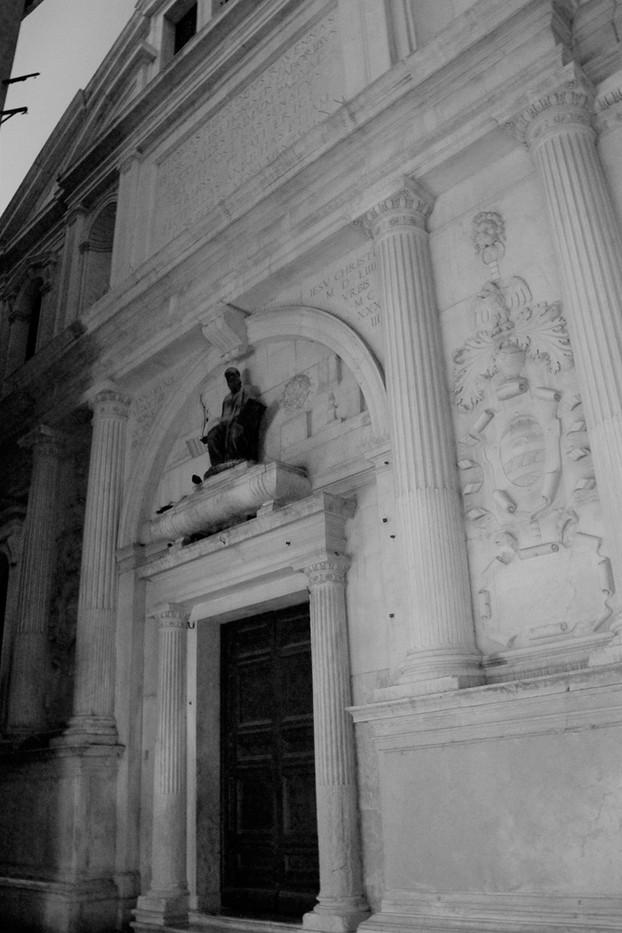 El doctor Rangone sobre la puerta de entrada