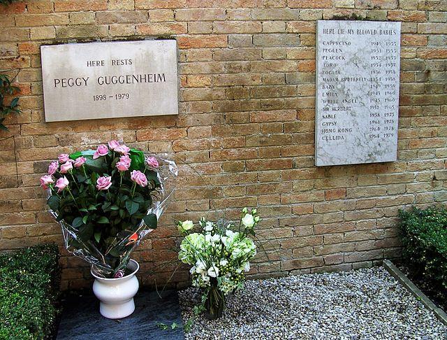 La tumba de Peggy y sus 14 perros
