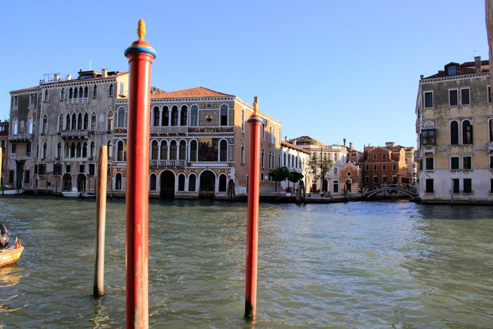 Paline frente a los mosaicos del Palacio Barbarigo en el Gran Canal