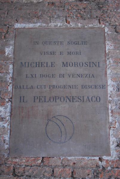 Placa que indica que en el palacio Morosini vivió el dux Michele Morosini