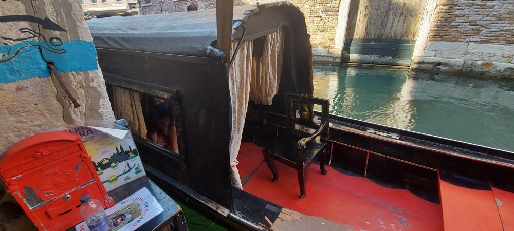 Detalle del felze de la góndola con el cortinaje de entrada y ventana lateral