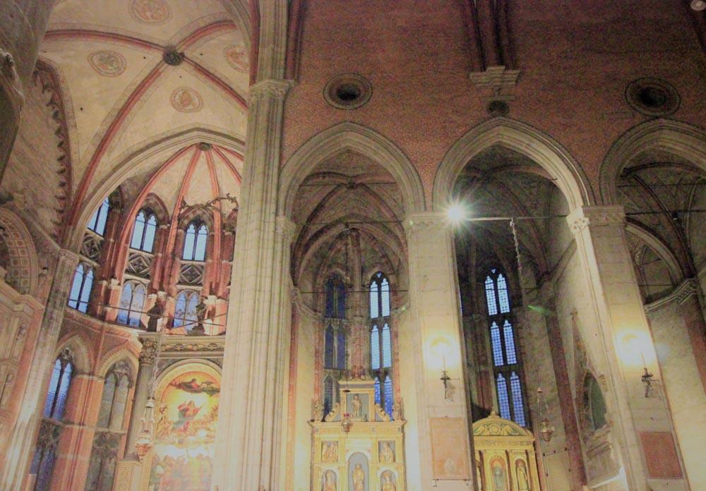 Ábsides en el interior (El cuadro de Tiziano a la izquierda)