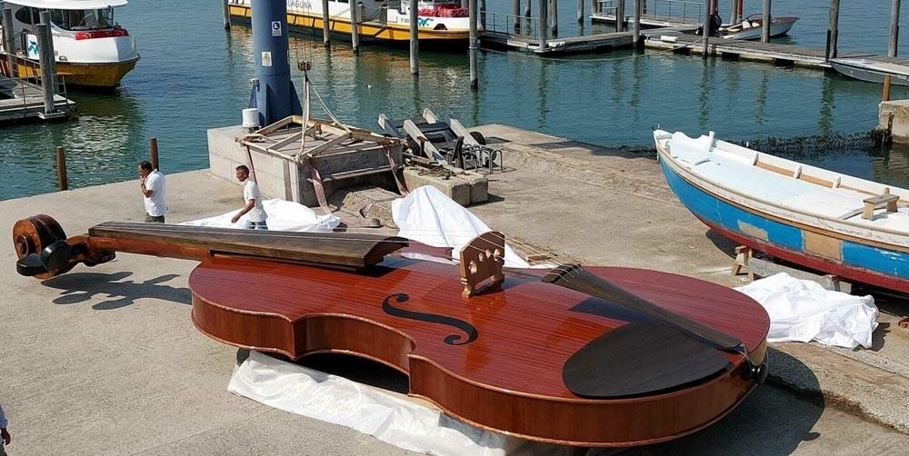 El violín en los muelles de la Giudecca el 6 de agosto, antes de ser botado