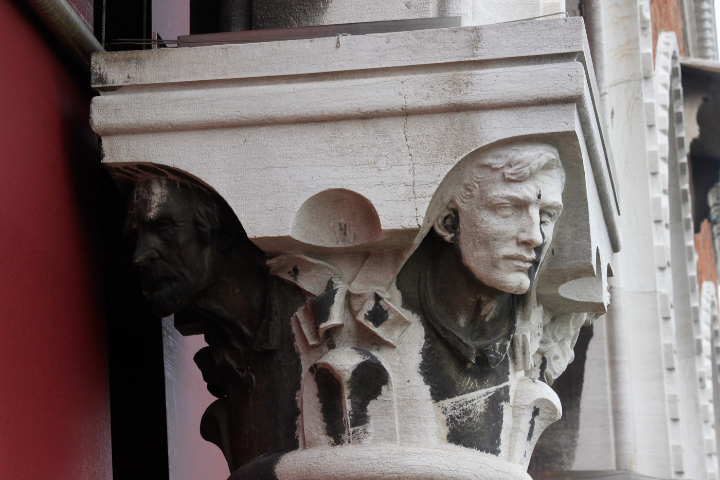 con cuatro cabezas esculpidas