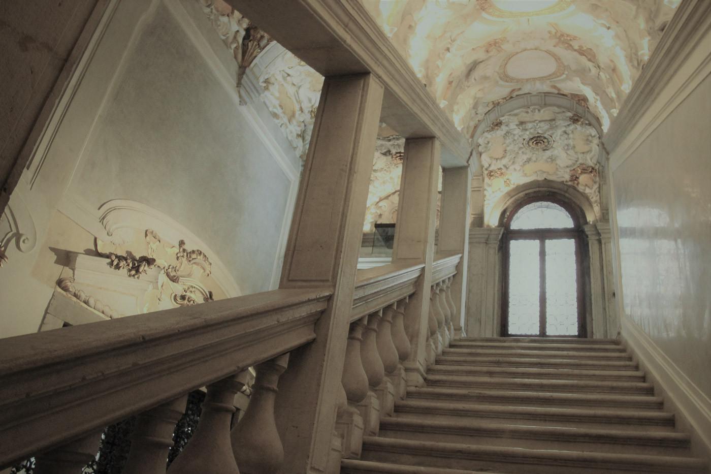 Escalera. Trabajo de estuco de Alvise Bossi