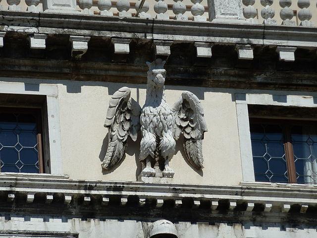 Aguilas heráldicas, el símbolo de la familia Labia, en la fachada