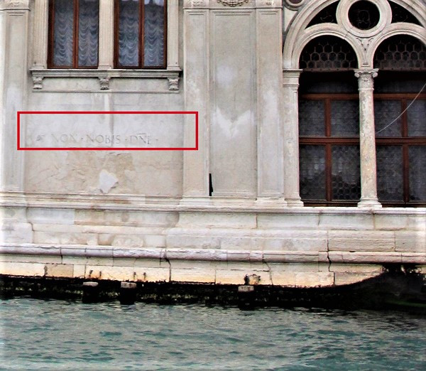 """El recuadro rojo remarca la frase """"Non nobis, domine, non nobis"""" en la fachada de Ca 'Vendramin Calergi"""