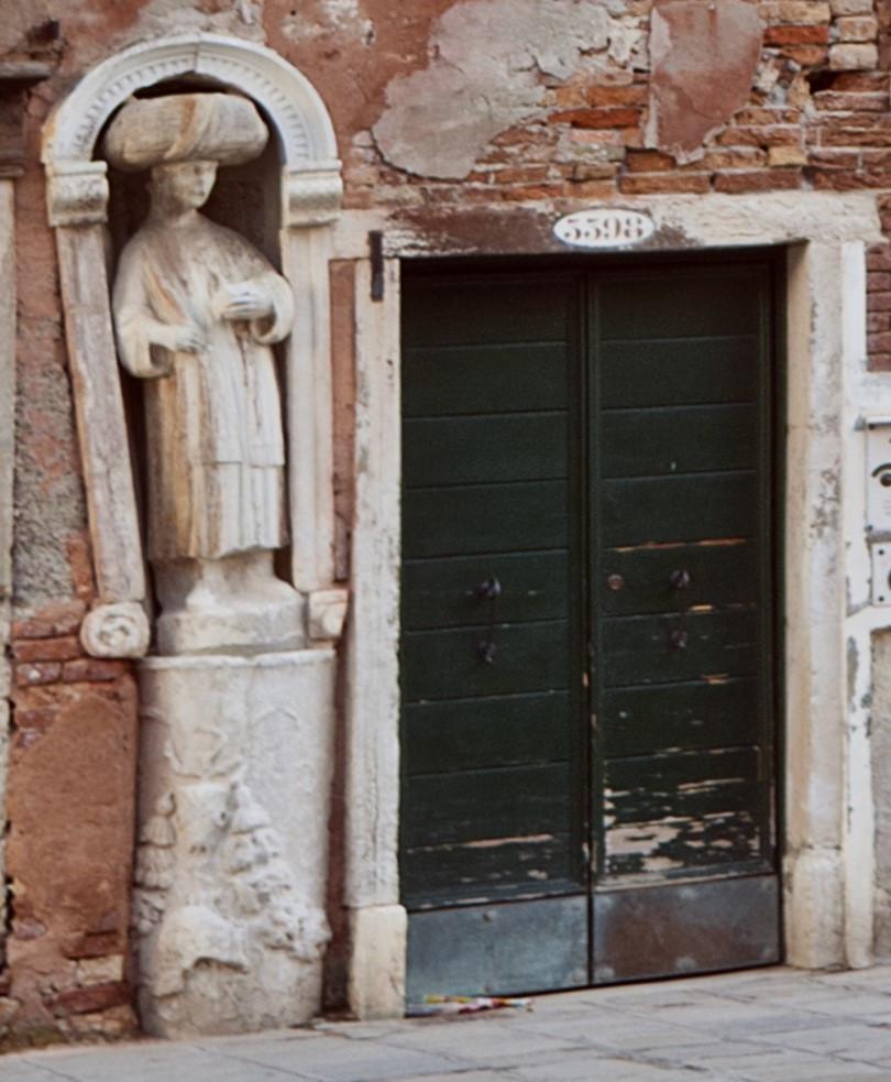 Una de las estatuas de los Moros en la plaza dei Mori