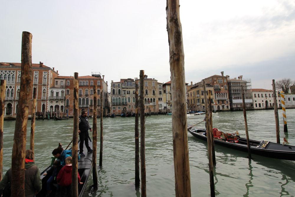 A la izquierda, el traguetto saliendo de su muelle de embarque