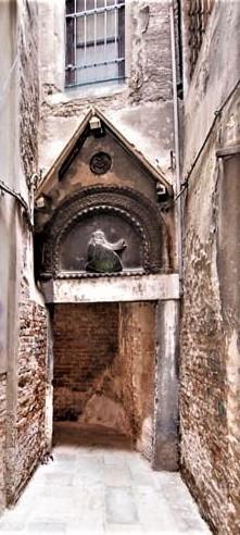 La entrada a la Corte Morosina: Arco en el que se puede ver un casco y un escudo