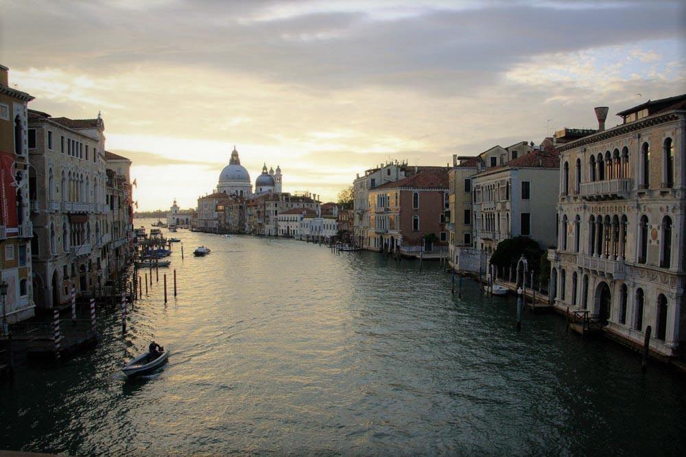 Gran Canal desde puente de la Academia al amanecer con la iglesia della Salute al fondo