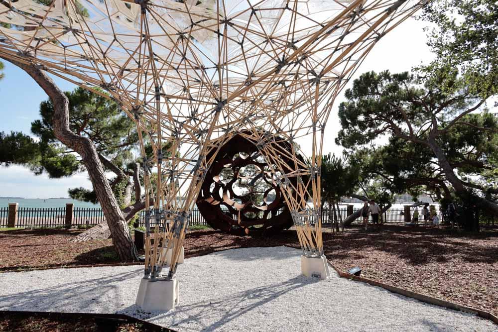La escultura bambú digital con el mar de fondo y el verde de los pinos.