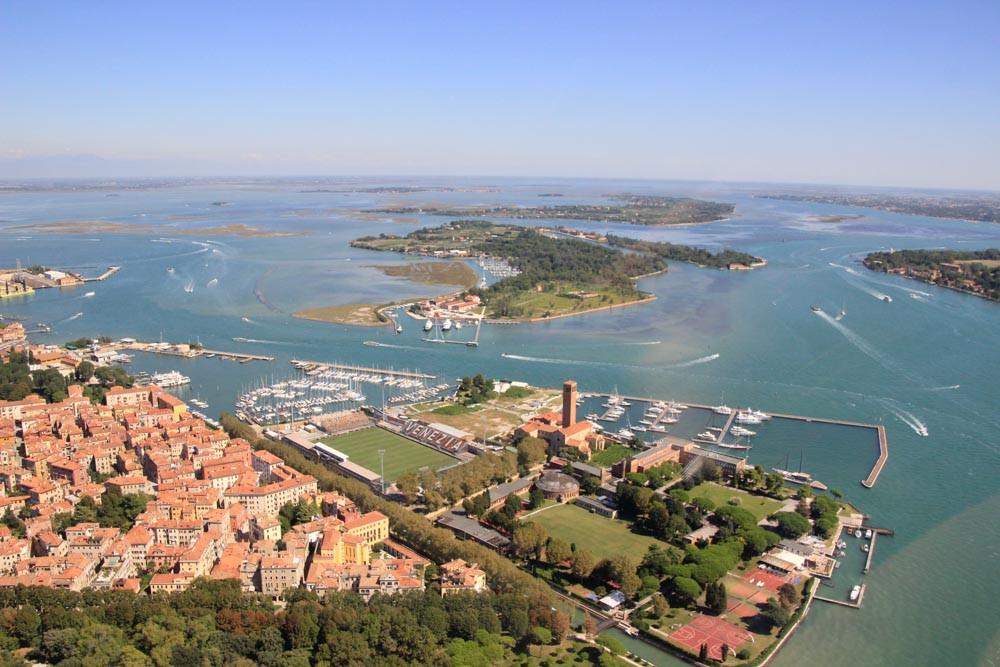 La zona de la calzada entre el Lido, punta Sabioni y Sant'Erasmo.. En la parte inferior la zona de San Pietro en Venecia