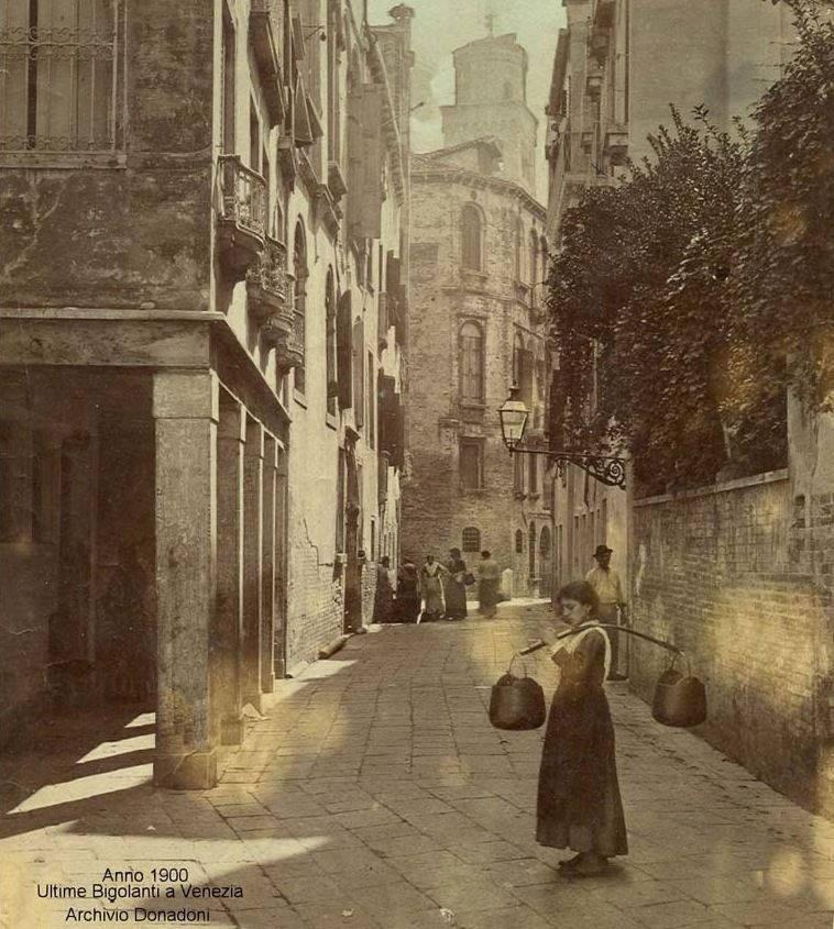 Aguadora en las calles de Venecia en 1900 (Archivo Donadoni)