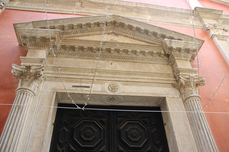 Detalle de la puerta de acceso