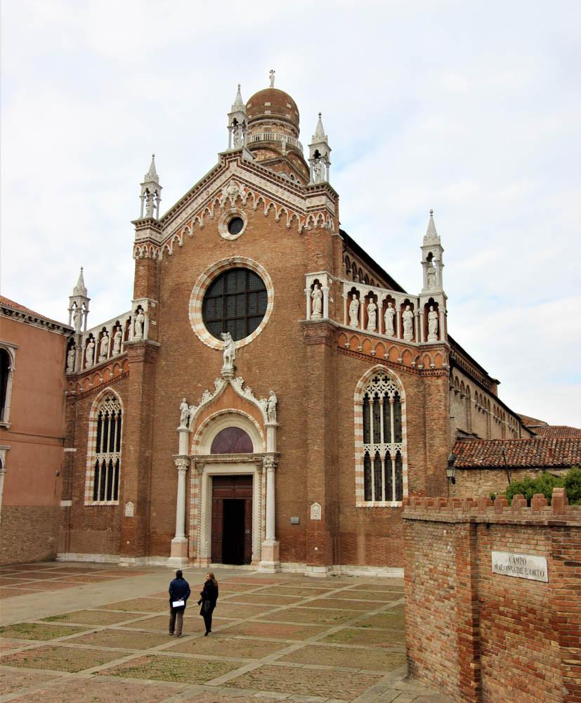 La fachada de la iglesia con los 12 apóstoles en sus nichos