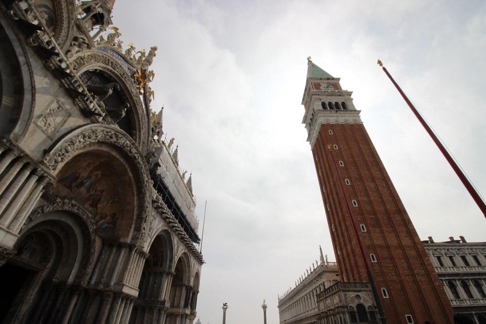 El campanile se alza con sus casi 100 metros en la plaza de San Marcos