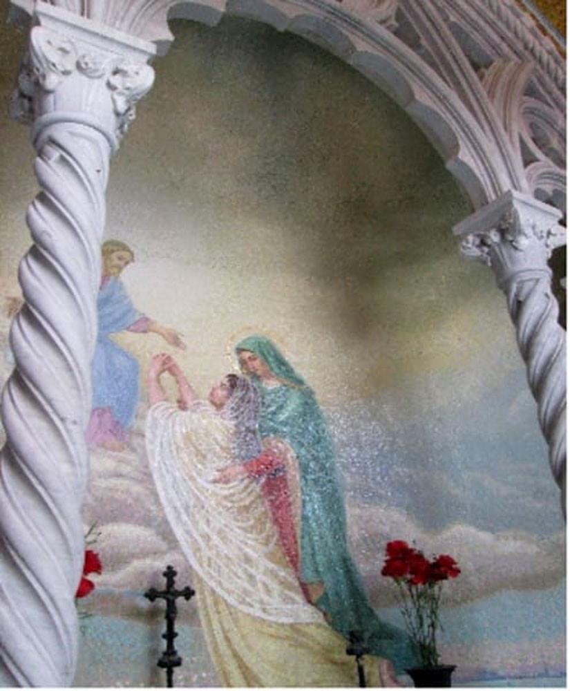 La Capilla Salviati está decorada con mosaicos, colocados dentro de nichos, representando ángeles y un paisaje de Venecia visto desde el agua