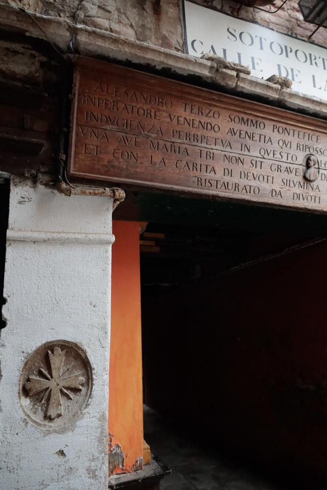 La cruz templaria grabada en la puerta de entrada
