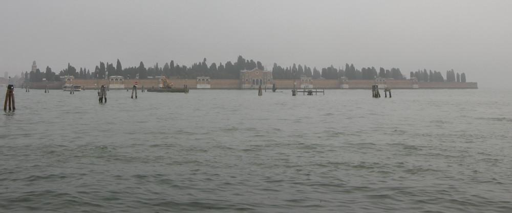 La isla de San Michele bajo la niebla tiene un aire espectral