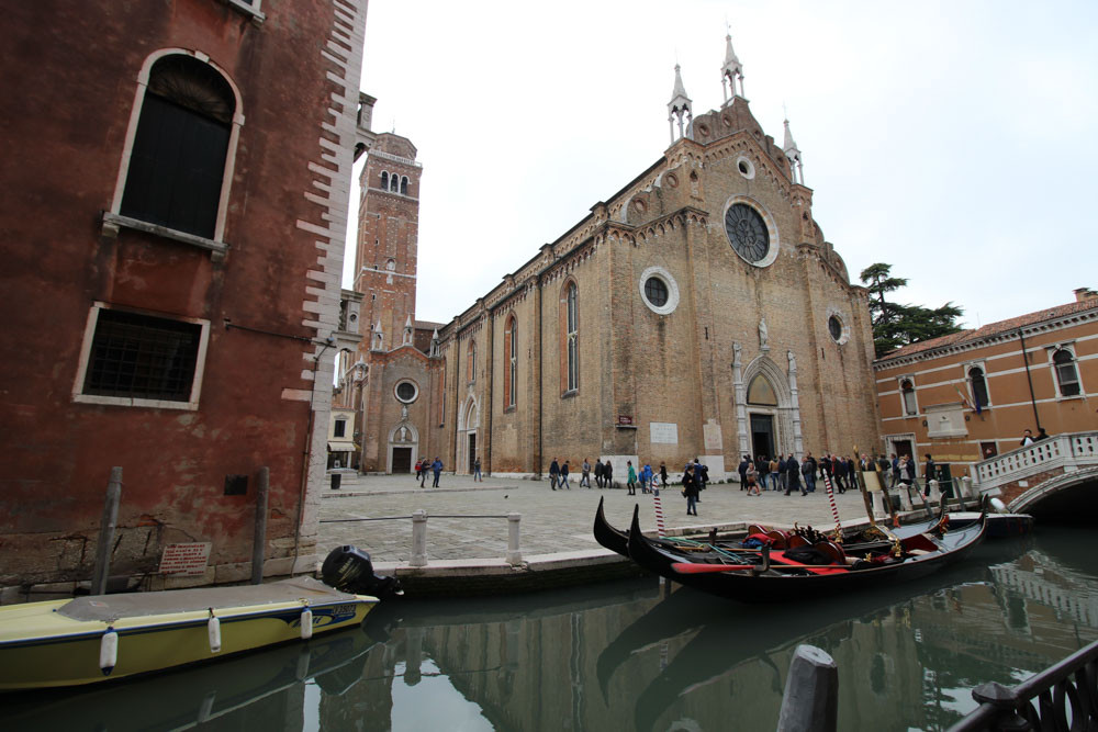 El estilo exterior de la Basílica dei Frari es austero como lo eran los franciscanos, con pocos adornos